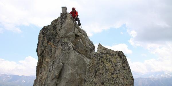 Auf dieser Felsnadel thront das Klettersteigbuch.
