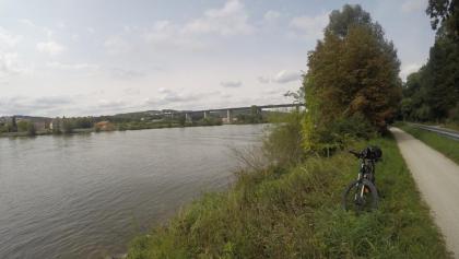 Blick zurück auf die Sinzinger Autobahnbrücke (im Hintergrund sieht amn am gegenüberliegenden Ufer auch die Mündung der Schwarzen Laber)