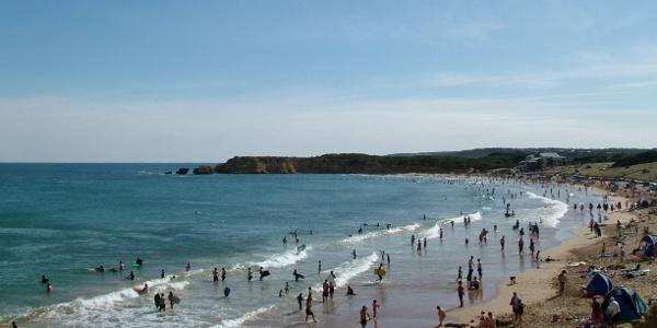 Surfer tümmeln sich an der Küste von Torquay