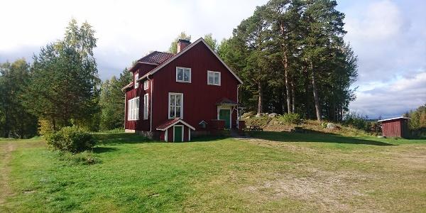 Gamla skolan i Huskölen, Helgonleden