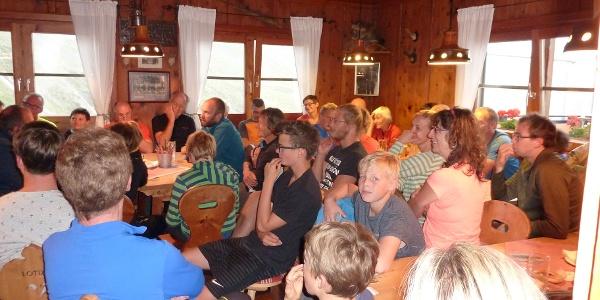 Aufmerksame Zuhörer bei der abendlichen Alpin- und Wetterberatung