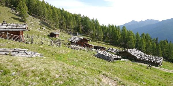 Die urigen Holzhütten rund um die Kaserfeld Alm