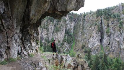 Aus dem Fels gesprengter Massaweg.