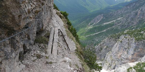 Kleine Brücken bieten Hilfestellung auf dem Sentiero alpinistico Angelo Pojesi.
