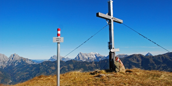Der Gipfel des Vöttlecks vor dem Panorama der Gesäuseberge