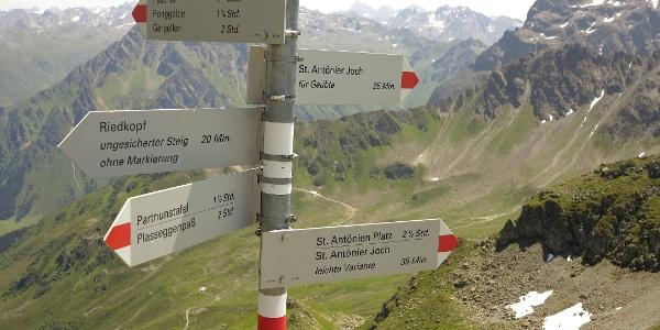 Wegweiser zwischen Riedkopf und St. Antönier Joch.