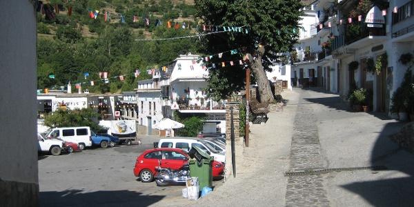Parkplatz mit Bushaltestelle in Trevélez