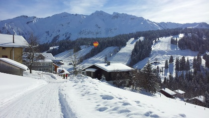 Panorama Rundweg mit Blick Richtung Skigebiet und Brienzer Rothorn