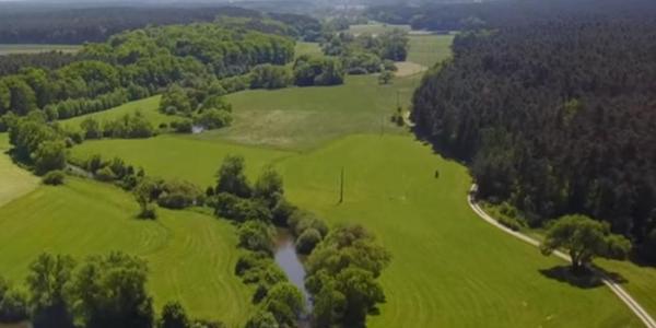 Grün zieht sich die Rednitz samt Wässerwiesen von Roth gen Norden