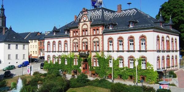 Rathaus Pausa mit Globus