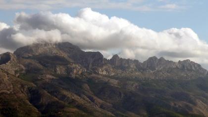 Südseite des Bernia Grates; Gipfel in Wolken verborgen
