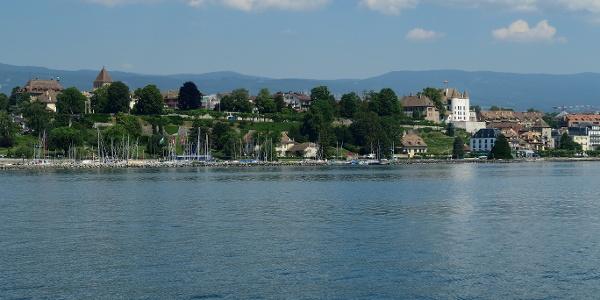 Stadtsilhouette von Nyon vom Schiff aus gesehen.