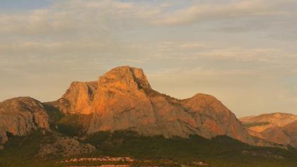 Mittig der Monte Ponog (Ponoch) mit 1181m. Die Spitze hinter ihm links ist der Puig Campana (1408m). Vor ihm liegt der schlafende Löwe, der Lleo Dormit.