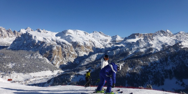 Skifahren mit Panoramablick auf der Dolomiten