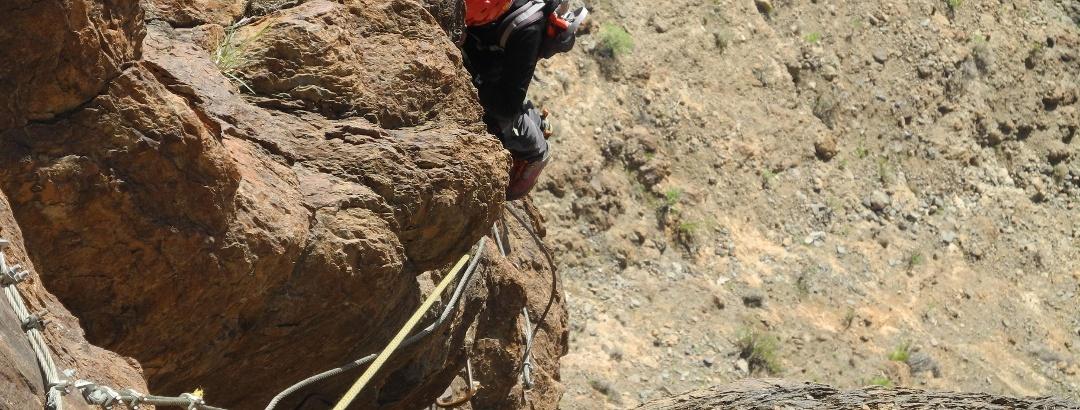 Nach dem ausgesetzten Quergang geht es 15m durch einen Riss hinauf (B/C).