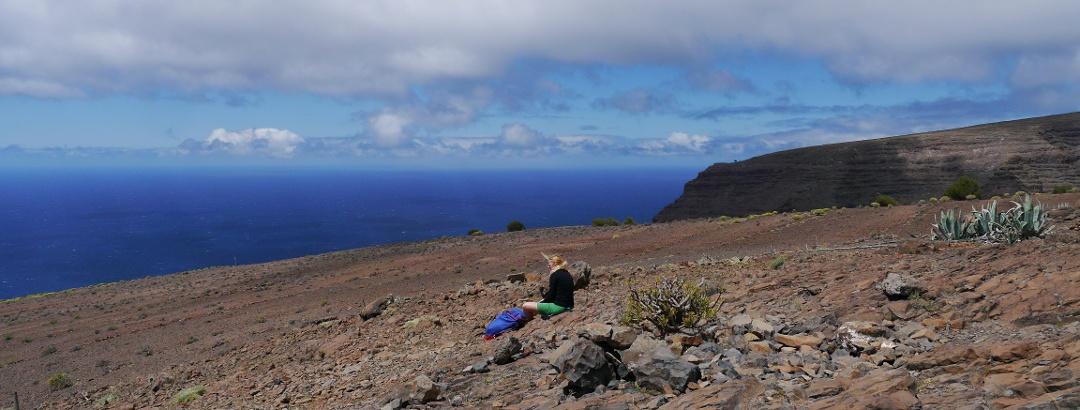 Felsige Erhebung auf dem Las Pilas, die eine spektakuläre Aussicht auf den weiten Atlantischen Ozean bietet.
