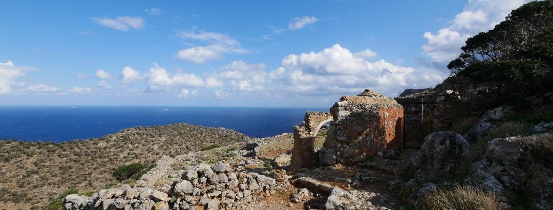 Blick auf das Meer und die Ruinen vor der Bärenhöhle