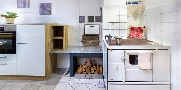 Holzherd und Ofen zum Heizen