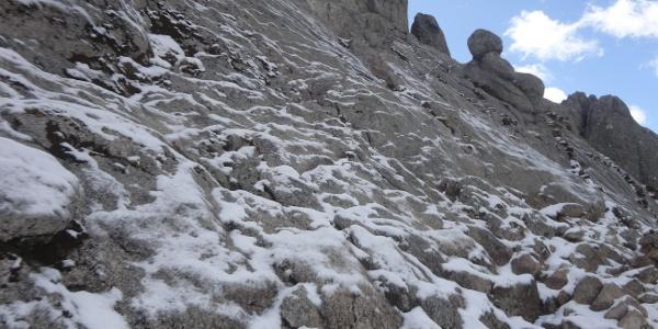 Schnee und eisige Platten kurz vor dem Gipfel