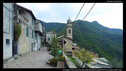 Ortseingang von Glori mit der Chiesa parrocchiale della Natività di Maria
