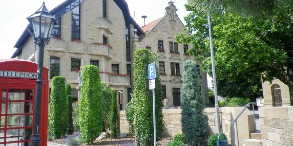 Das alte und das neue Rathaus von Östringen