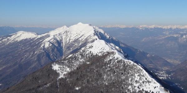 Vista verso Nord dalla vetta, con la lunga cresta che porta al Cornetto del Bondone