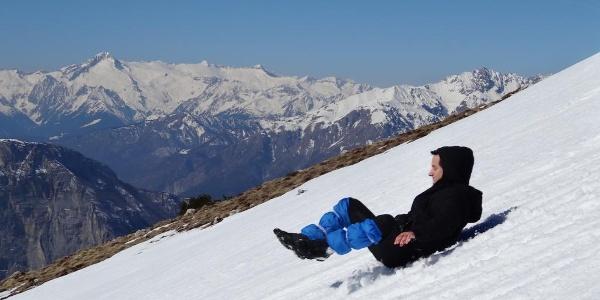 giocando sulla neve con i ghiacciai dell'Adamello sullo sfondo