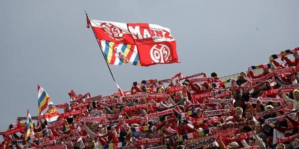 FSV Mainz 05 Fans mit Fahne