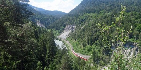 Ausblick von oben auf die Wanderung entlang dem Bahngleis