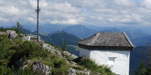 Spitzstein mit Gipfelkreuz und Kapelle