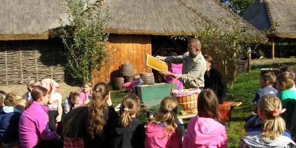 Méhész foglalkozás a Torkos Pajta előtt