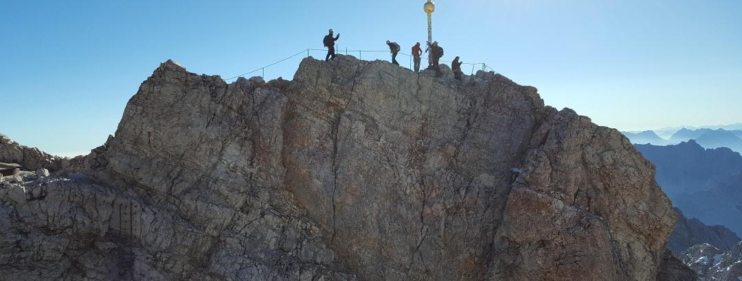 Der Gipfel der Zugspitze (Blick aus Richtung bebautem Teil)