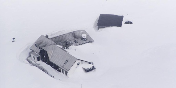 Tief eingeschneit liegt das Damböckhaus des ÖTK am Schneeberg