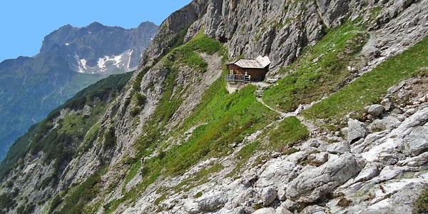 Bertgenhütte mit der senkrecht abfallenden Südwand des Hochseiler
