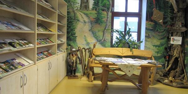 Regal und Sitzgruppe im Tourist-Service-Center Eibenstock