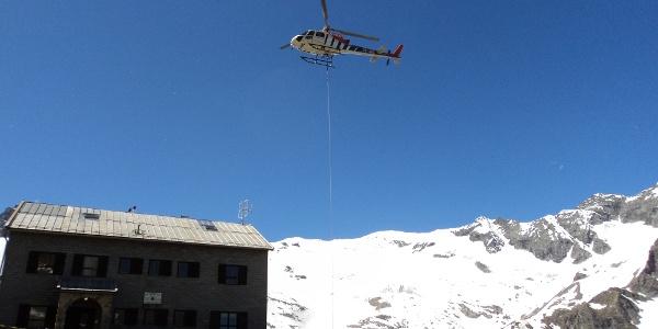 Hütten Start Ende Juni - Hubschrauber bringt Lebensmittel für die Saison