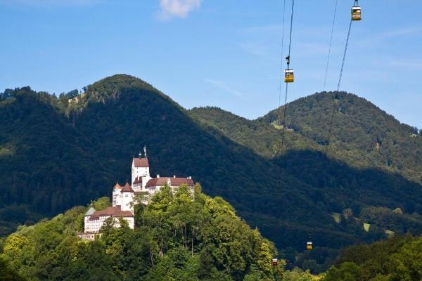 Schloss Hohenaschau mit Kampenwandbahn