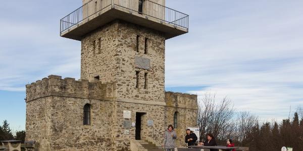 Der Ausgangspunkt der Blauen Landestour:Aussichtsturm auf Írott-kő (Geschriebenstein)