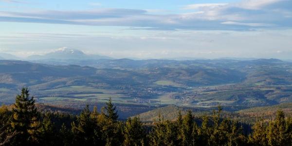 Panoráma az Írott-kőről, baloldalt a Schneeberg