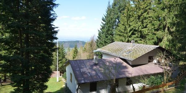 Schönbrunner Hütte mit Blick auf die Rheinebene