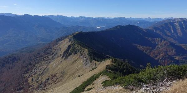 »Alpinweg« ins Abseits: immer dem Kamm entlang bis in die Senke des Tremelsattels, rechts oben