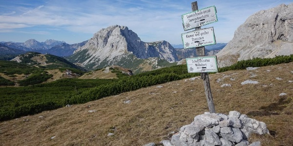 Nicht Fleiß-, sondern Pflichtprogramm: der Abstecher zum Großen Ebenstein; gleich links vom Wegweiser, unter der Felsbastion des Brandstein, der Schafhalssattel