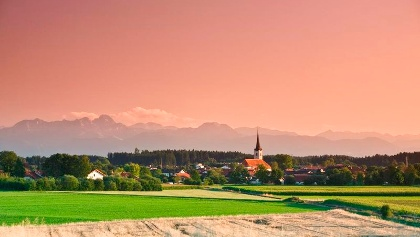 Kirche in Halfing bei Morgenrot