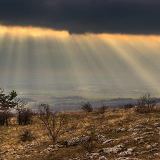 A felhőtakaron átszűrődő napsugarak az Ormánságot söprik végig