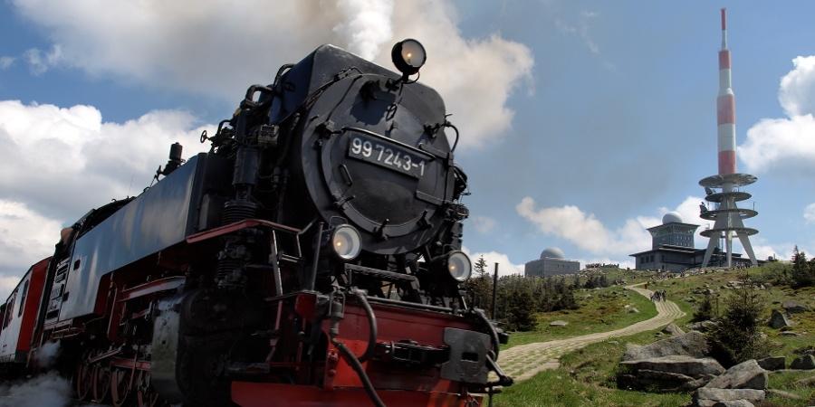 Blick vom Heinrich-Heine-Wanderweg vorbei an der Brockenbahn zum Brockengipfel (2008)