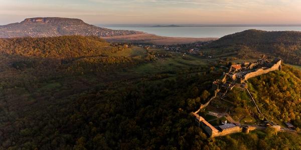 Hrad v Szigligete z výšky v pozadí vrch Badacsony, na druhej strane Balatonu vrch Fonyódi