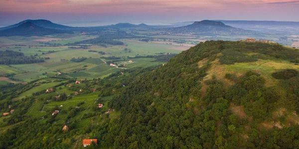Csobánc aus der Höhe. Die Burgruine auf dem Gipfel ist gu zu sehen