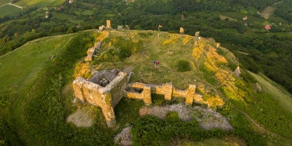 Z hradu Csobánc sa zachovali iba hradné múry