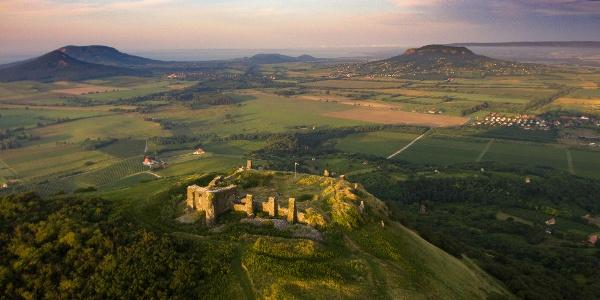 Die Burg von Csobánc aus der Höhe. Im Horizont sind Gulács,Badacsony,Szigligeti-Berg und Szent György-Berg