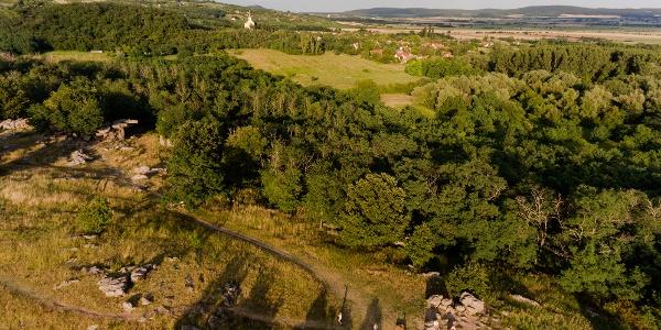 """Kőtenger (Steinmeer) von Szentbékálla aus der Höhe. Links,im Schatten der Bäume ist der berühmte """"ingókő"""" (wackelnder Stein) zu sehen"""